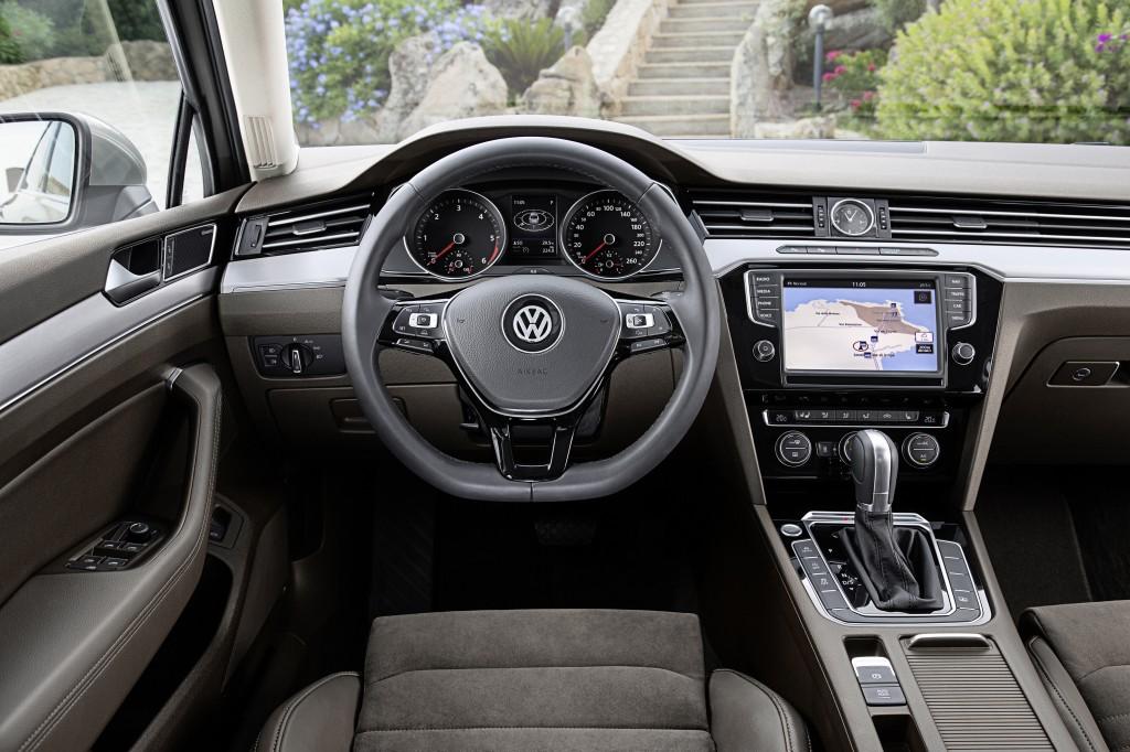 фото салона нового Volkswagen Passat В8 вид передняя панель