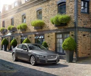 Jaguar XE 2015, вид на переднюю диагональ