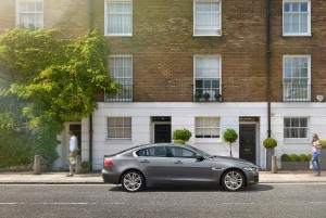 Jaguar XE 2015, вид сбоку