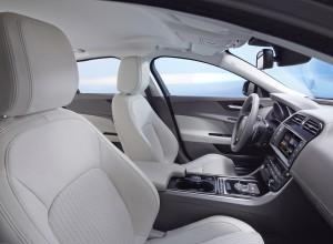 Новый Jaguar XE, передние сиденья