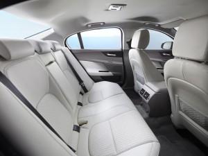 Jaguar XE 2015, задние сиденья