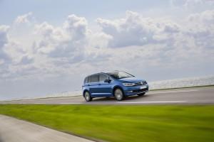 Volkswagen Touran 2015, вид на переднюю диагональ