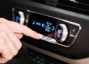 Audi A4, при нажатии на клавишу блока климат-контроля ее значение отображается на экране