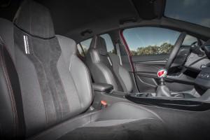 Peugeot 308 GTi, передние сиденья
