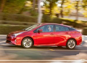Новый Toyota Prius, вид сбоку