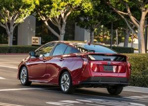 Toyota Prius 2016, вид на заднюю дигональ