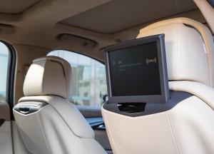 Cadillac CT6, выдвижные мониторы для задних пассажиров