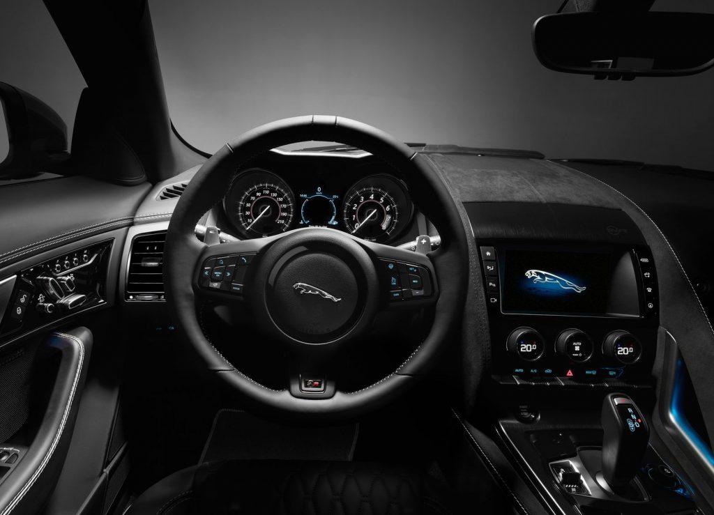 Jaguar F-Type SVR, передняя панель