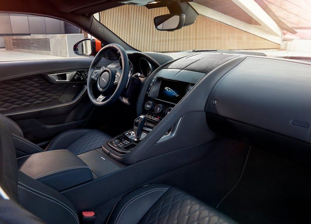 Jaguar F-Type SVR 2016, передние сиденья