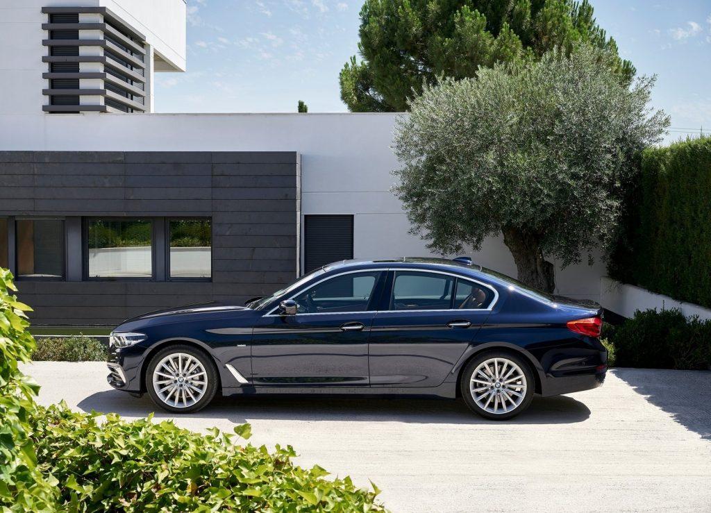 Новый BMW 5 Series, вид сбоку