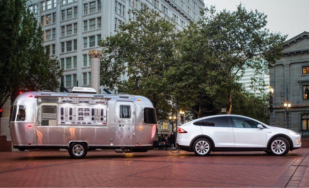 Tesla Model X может буксировать 2,3-тонный прицеп