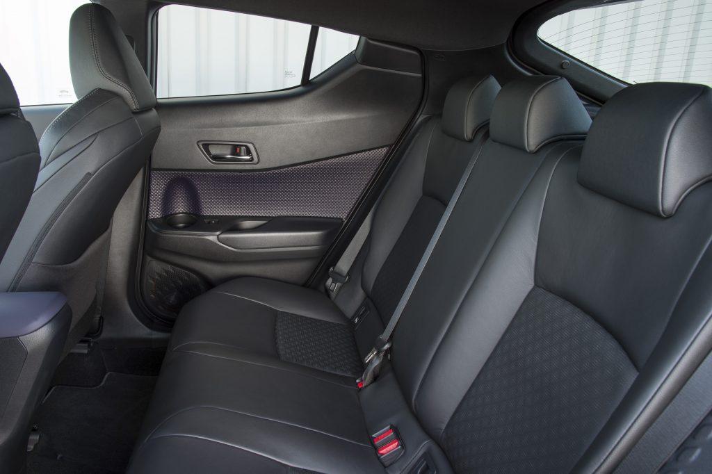 Новый Toyota C-HR, задние сиденья