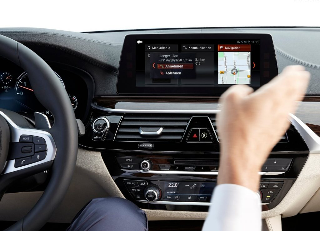 BMW 5 Series 2017, функция распознавания жестов