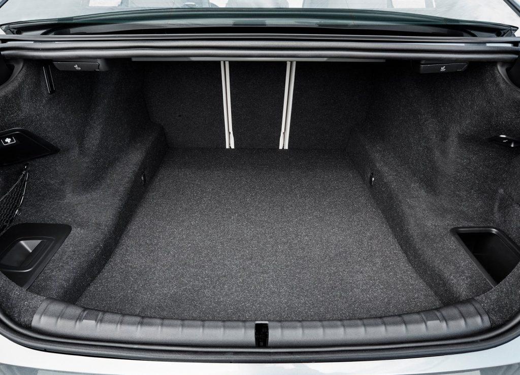 BMW 5 Series 2017, багажник
