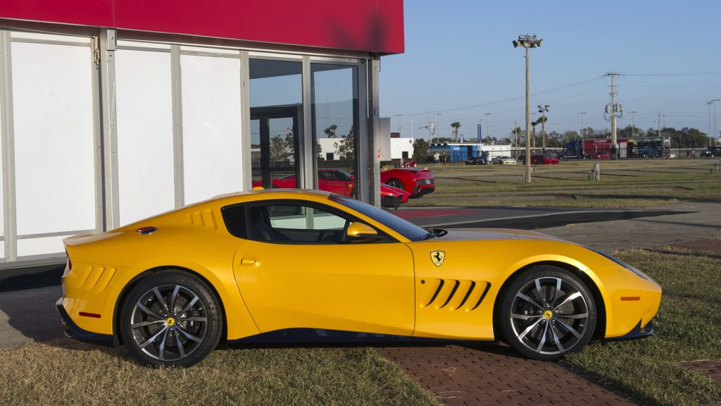 Новый Ferrari SP275 RW Competizione, вид сбоку