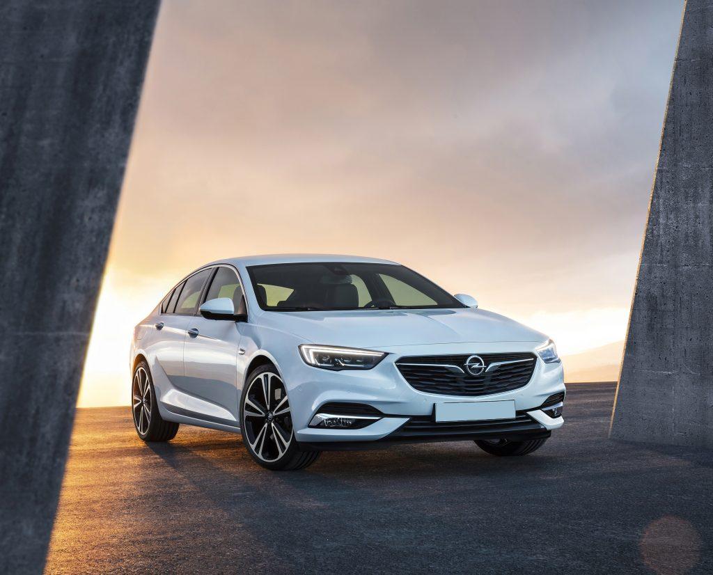 Opel Insignia 2017, вид спереди