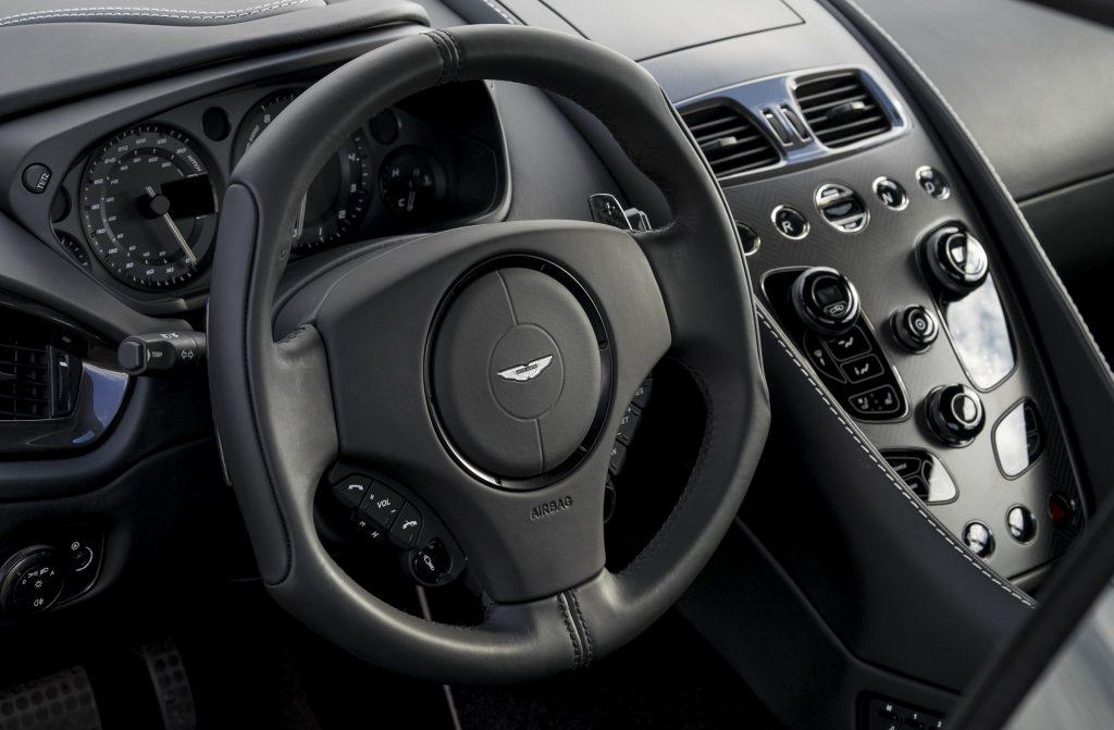 Новый Aston Martin-Vanquish S, передняя панель