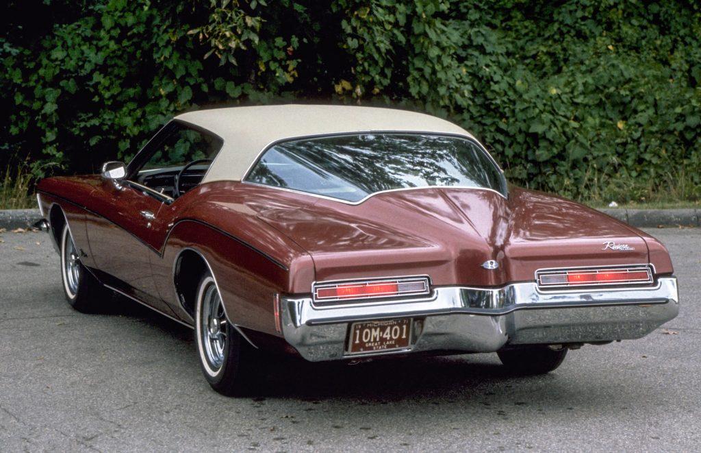 Заостренная задняя часть – черта Buick Riviera 1971 года