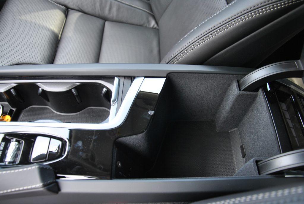 Volvo V90 Cross Country, бокс в подлокотнике