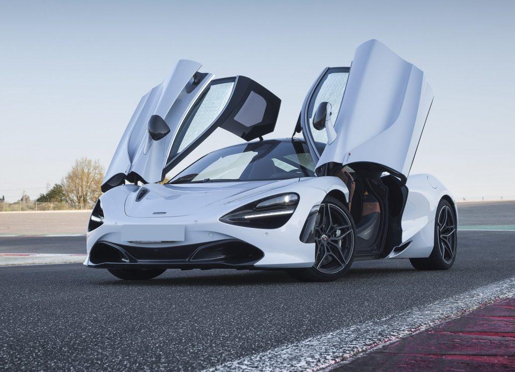 Новый McLaren 720S, двери подняты вверх