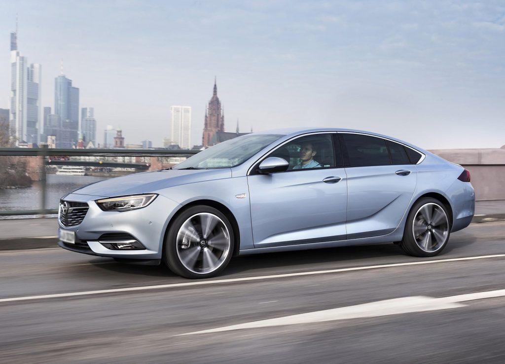 Opel Insignia 2017, вид сбоку