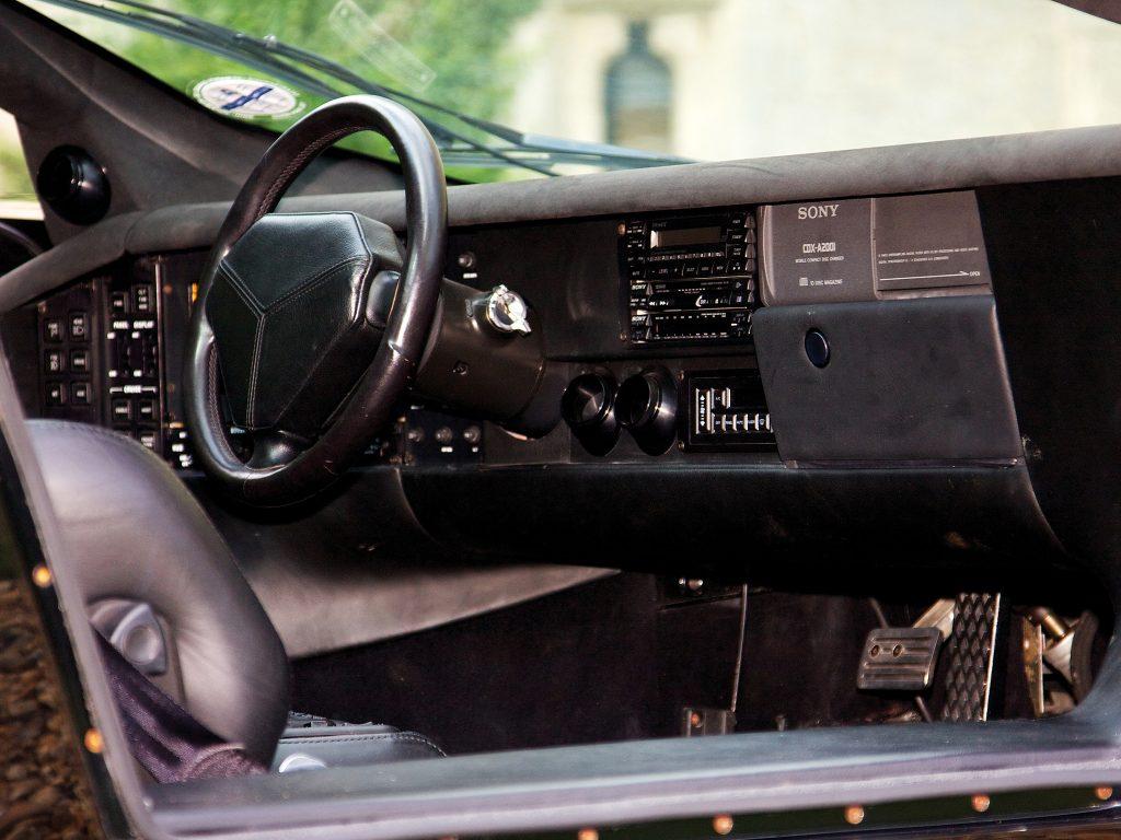 Салон Vector W8 напоминает кабину истребителя