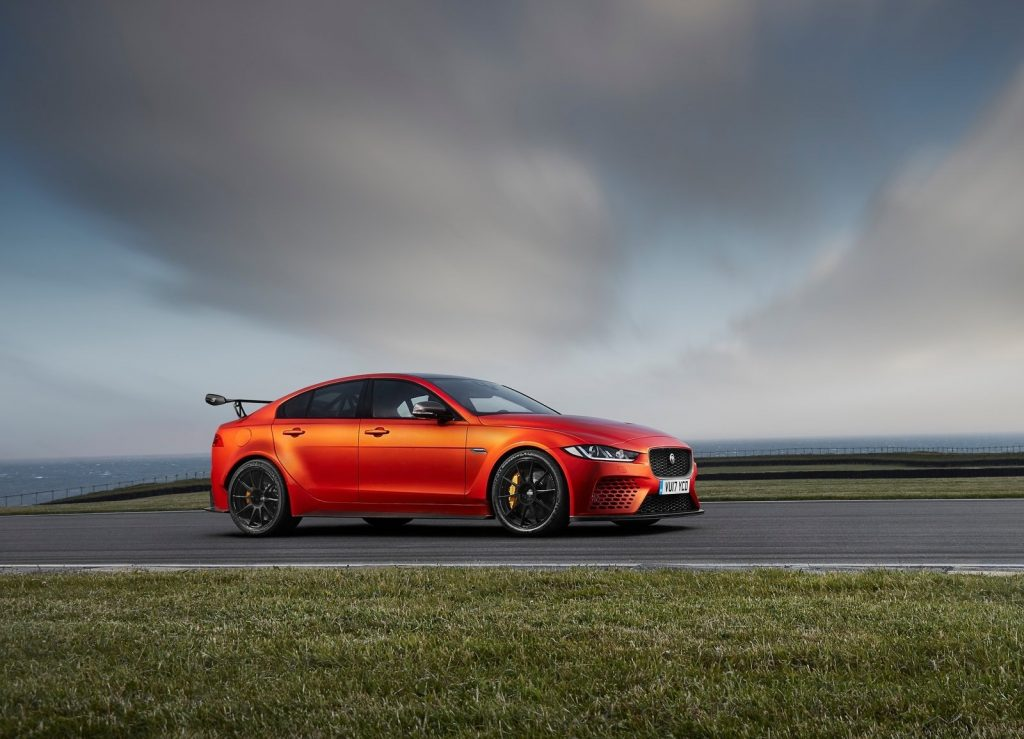 Jaguar XE SV Project 8 2017, вид сбоку