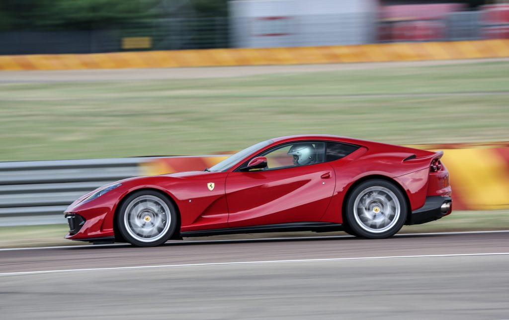 Ferrari 812 Superfast, вид сбоку
