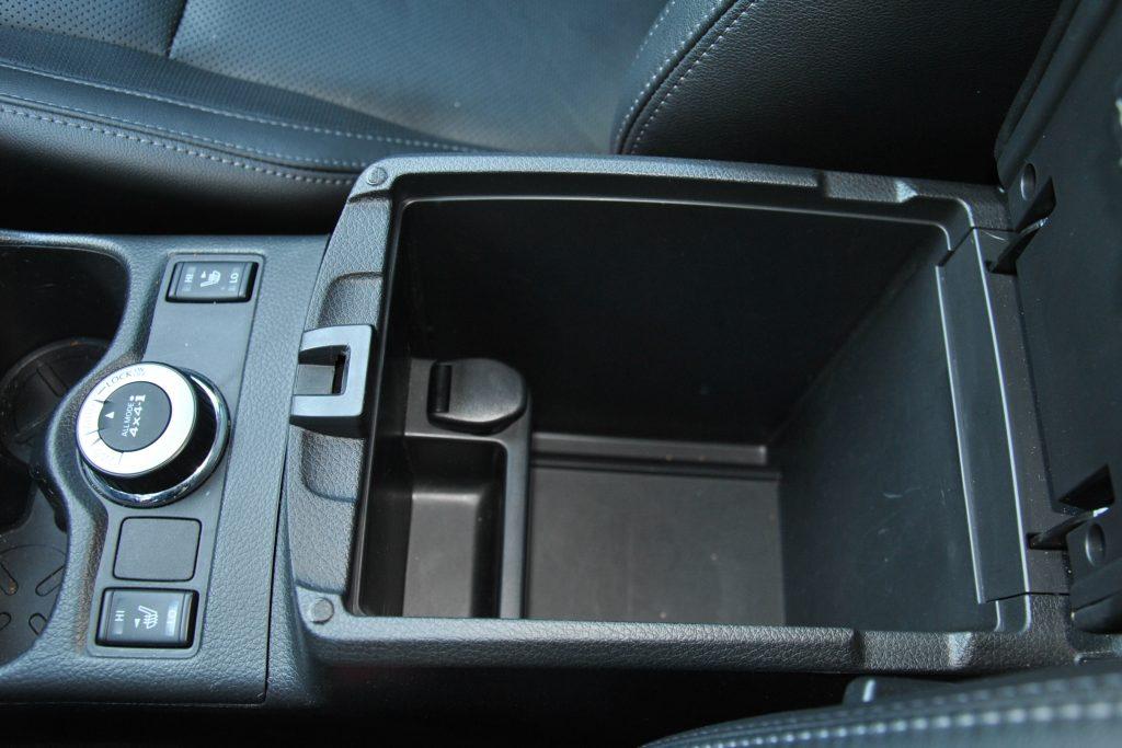 Nissan Qashqai, бокс в подлокотнике