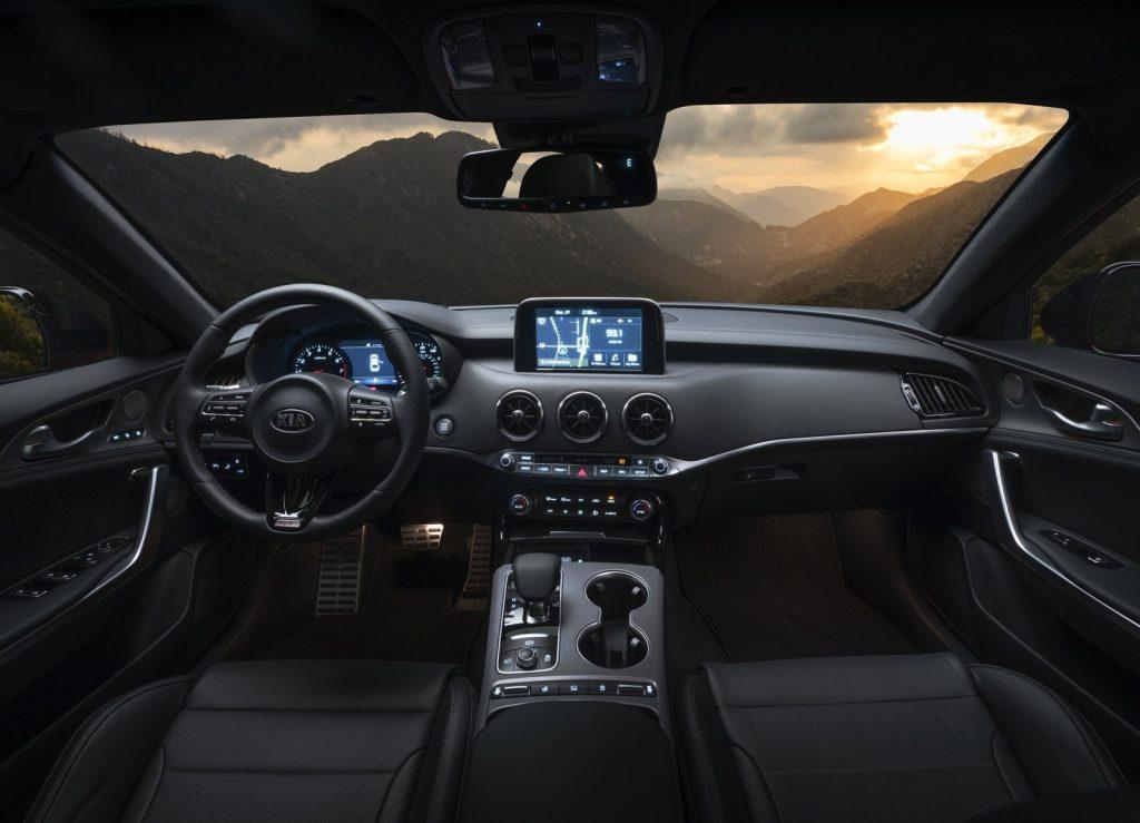 Новый Kia Stinger, передняя панель