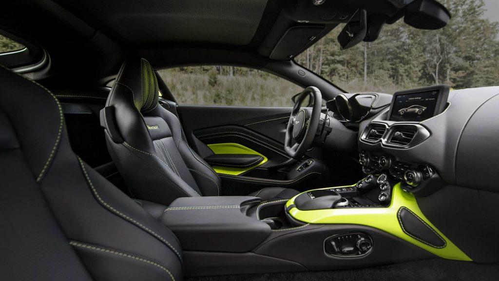 Aston Martin Vantage, передние сиденья