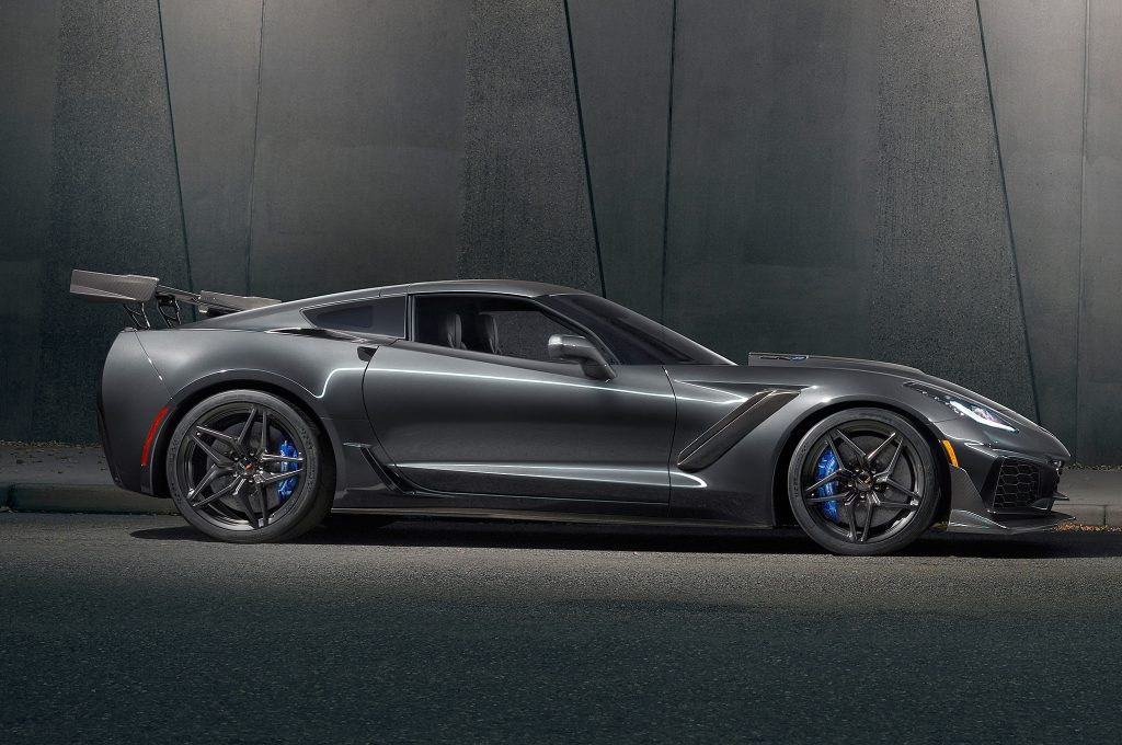 Новый Chevrolet Corvette ZR1, вид сбоку