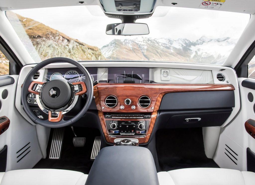Rolls-Royce Phantom 2017, передняя панель