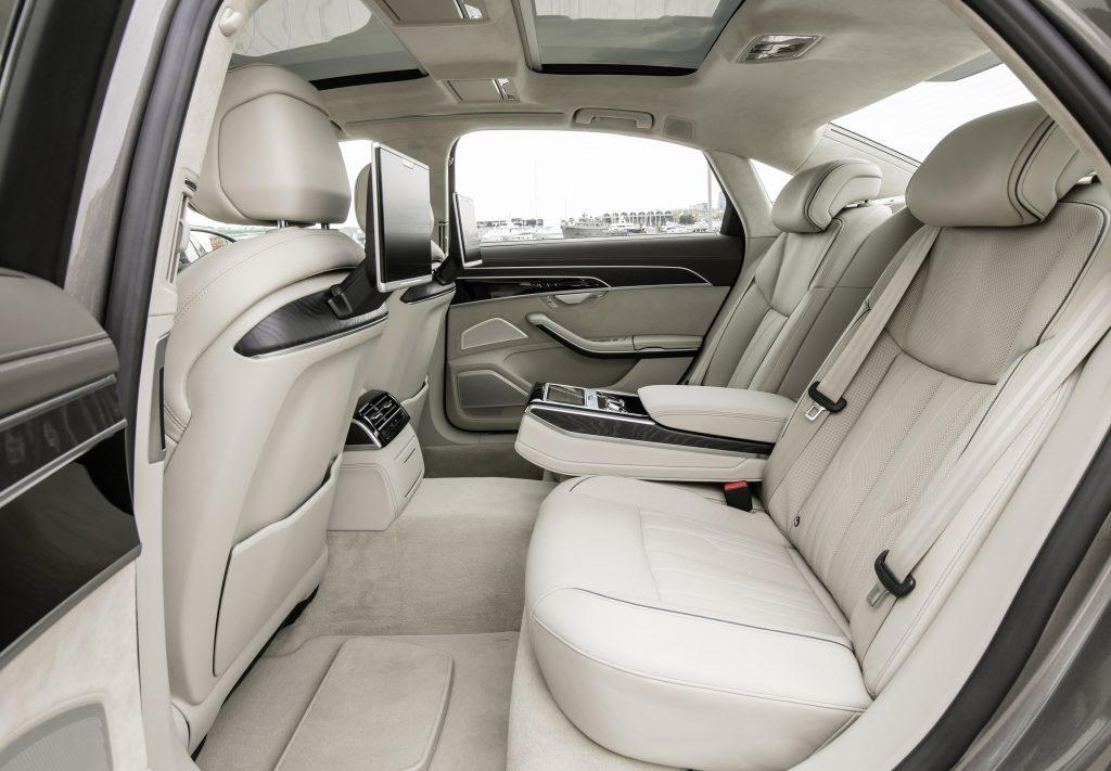 Audi A8 2018, задние сиденья