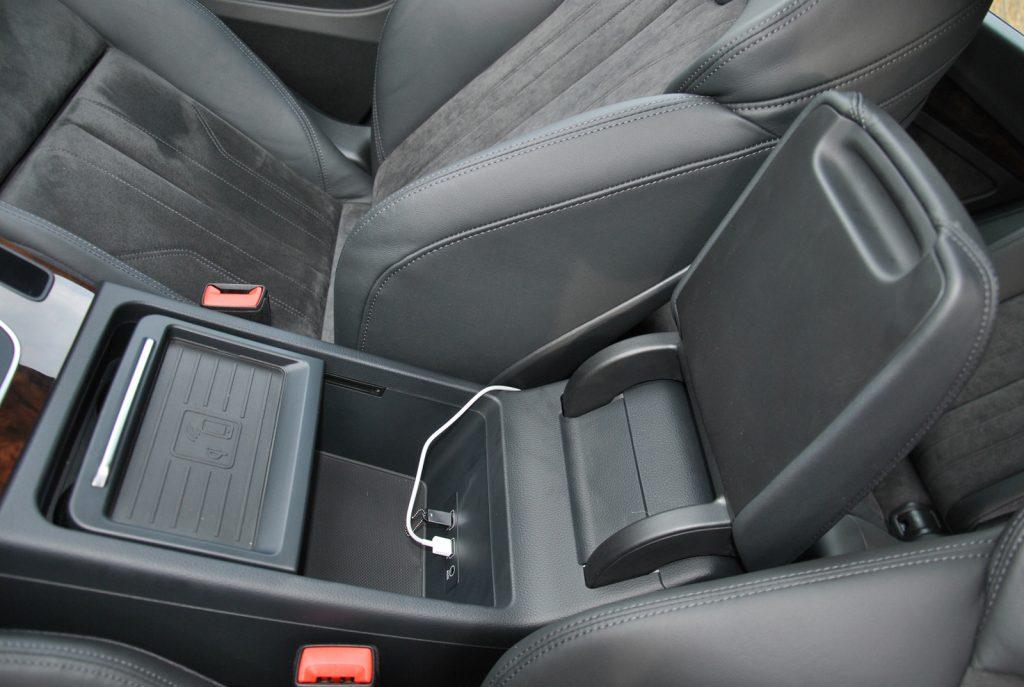 Audi Q5 2018, беспроводное зарядное устройство в подлокотнике