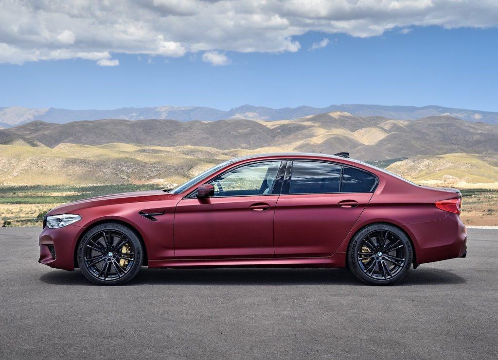 BMW M5 2018, вид сбоку