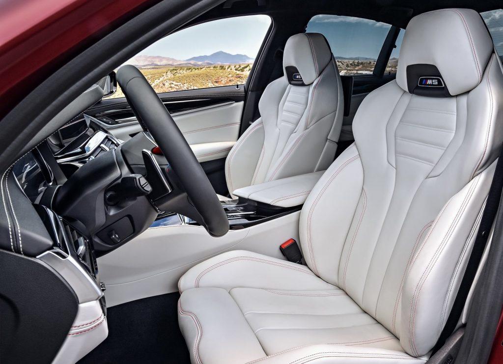 BMW M5, передние сиденья