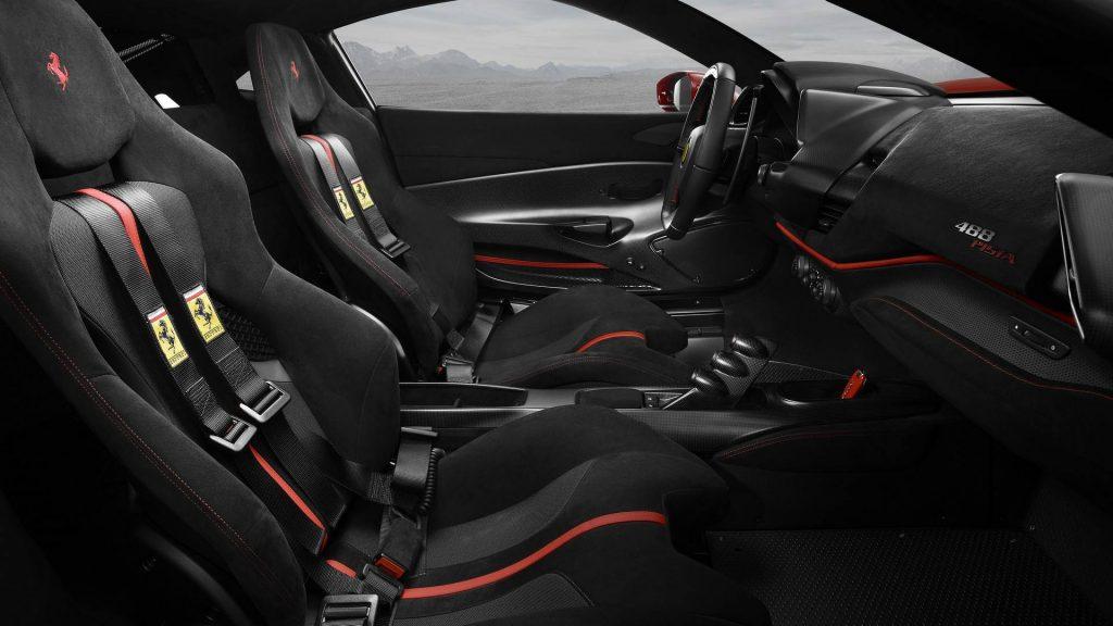 Новый Ferrari 488 Pista, передние сиденья
