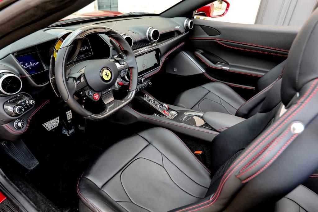 Новый Ferrari Portofino, передние сиденья