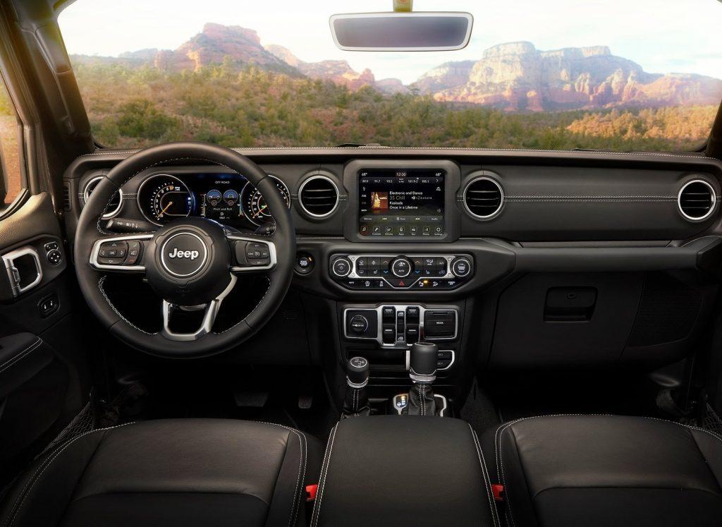 Jeep Wrangler 2018, передняя панель