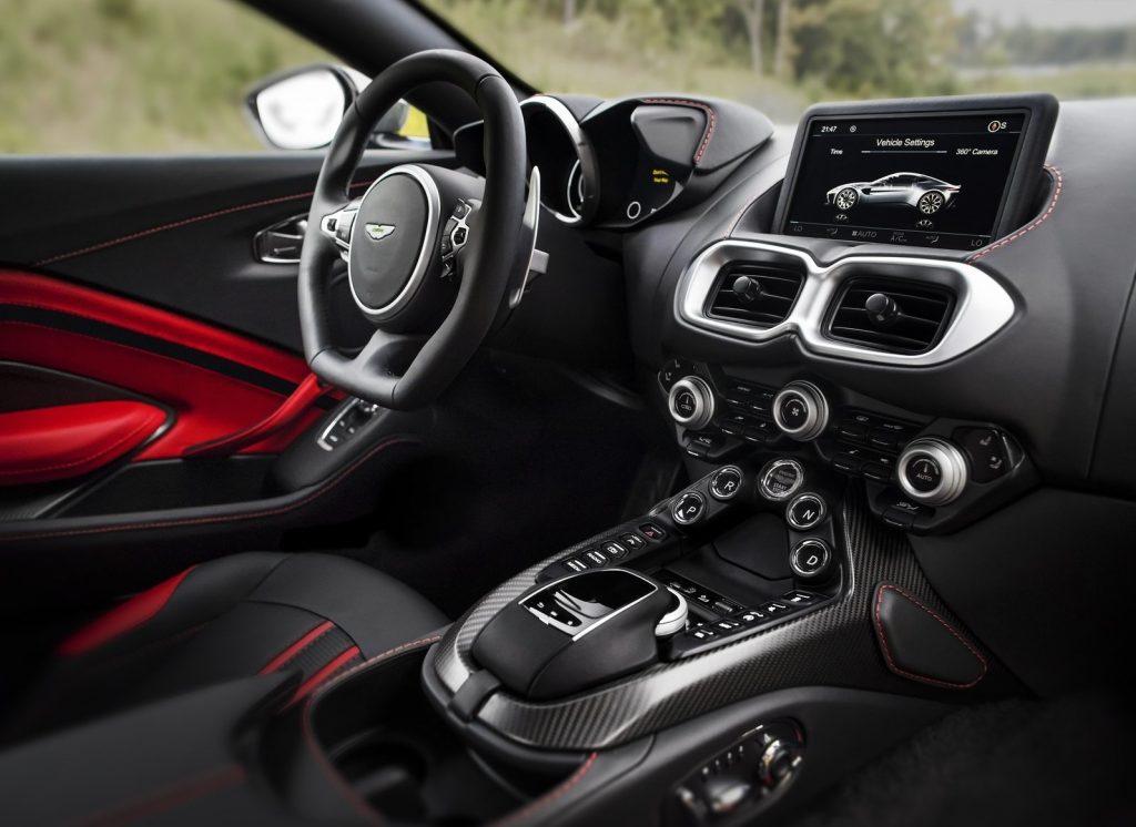 Aston Martin Vantage, передняя панель