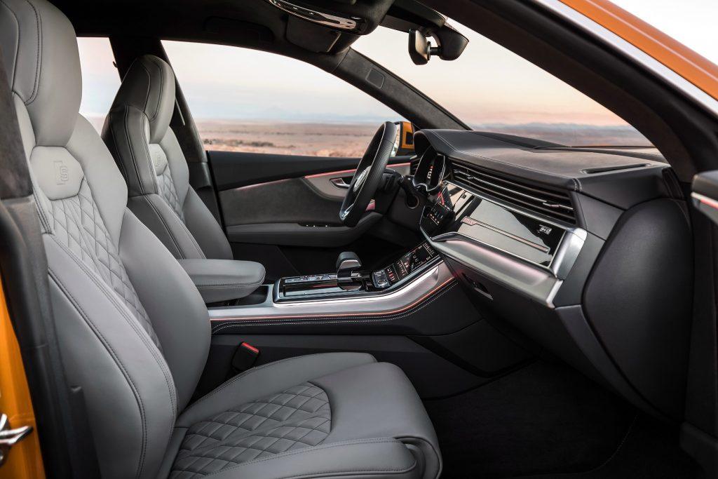 Audi Q8, передние сиденья