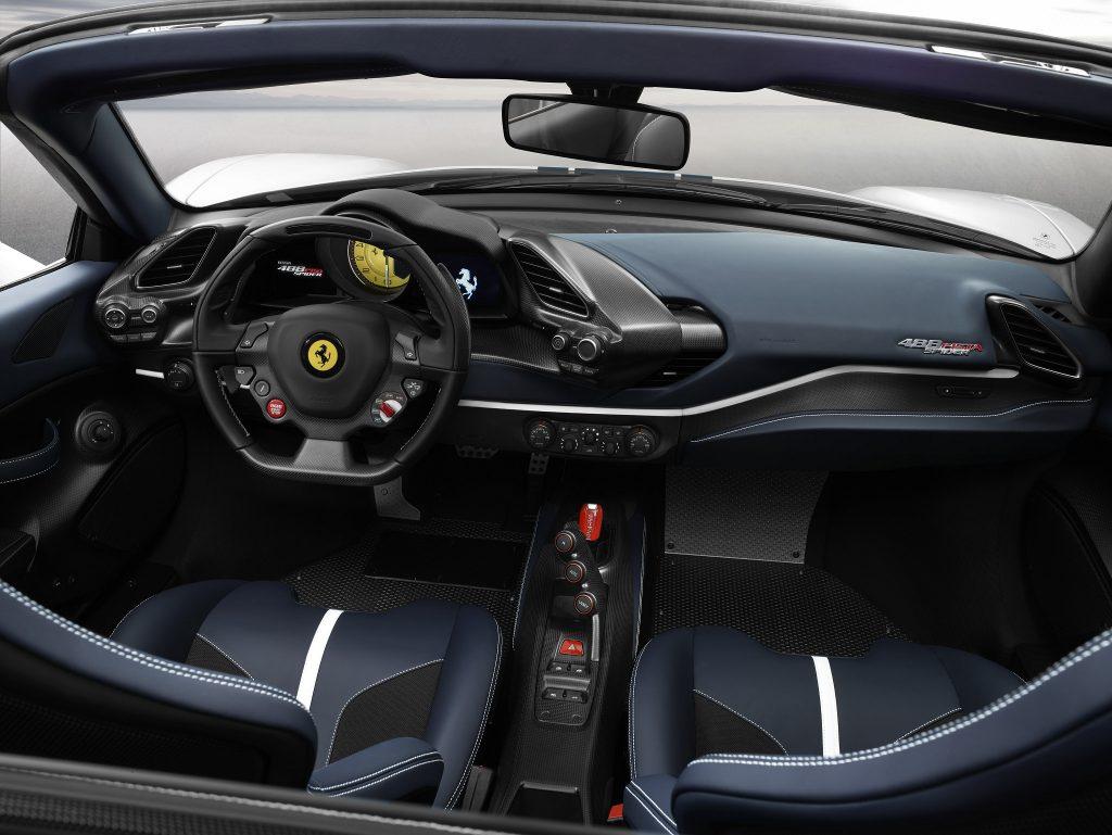 Ferrari 488 Pista Spider, передняя панель