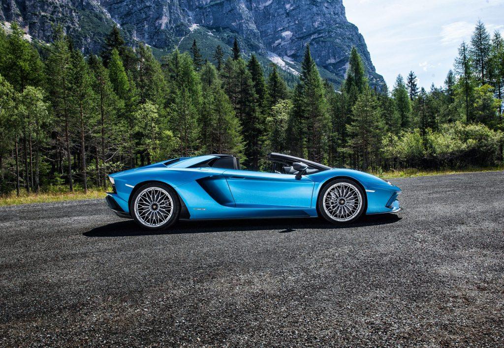 Lamborghini Aventador S Roadster 2018, вид сбоку