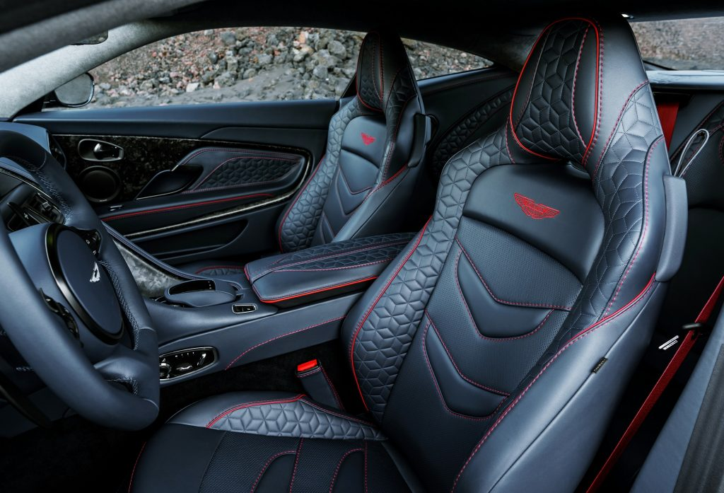 Aston Martin DBS Superleggera, передние сиденья