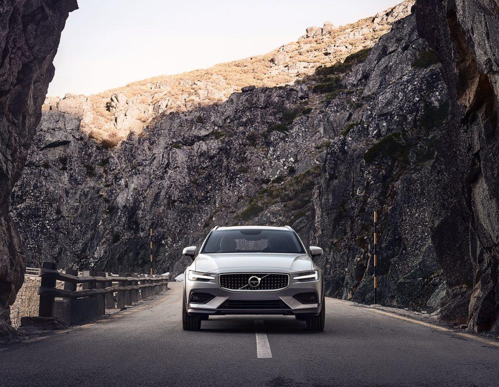 Volvo V60 Cross Country 2019, вид спереди