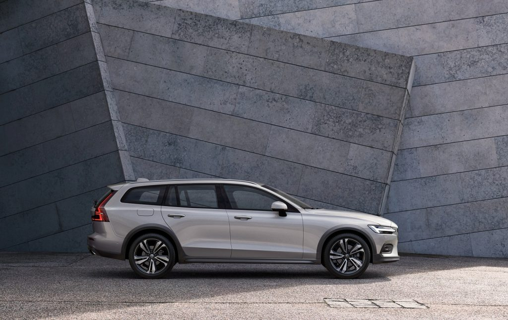 Volvo V60 Cross Country 2019, вид сбоку