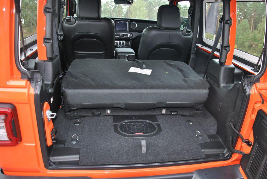 Со сложенными задними сиденьями объем багажника возрастает до 587 л