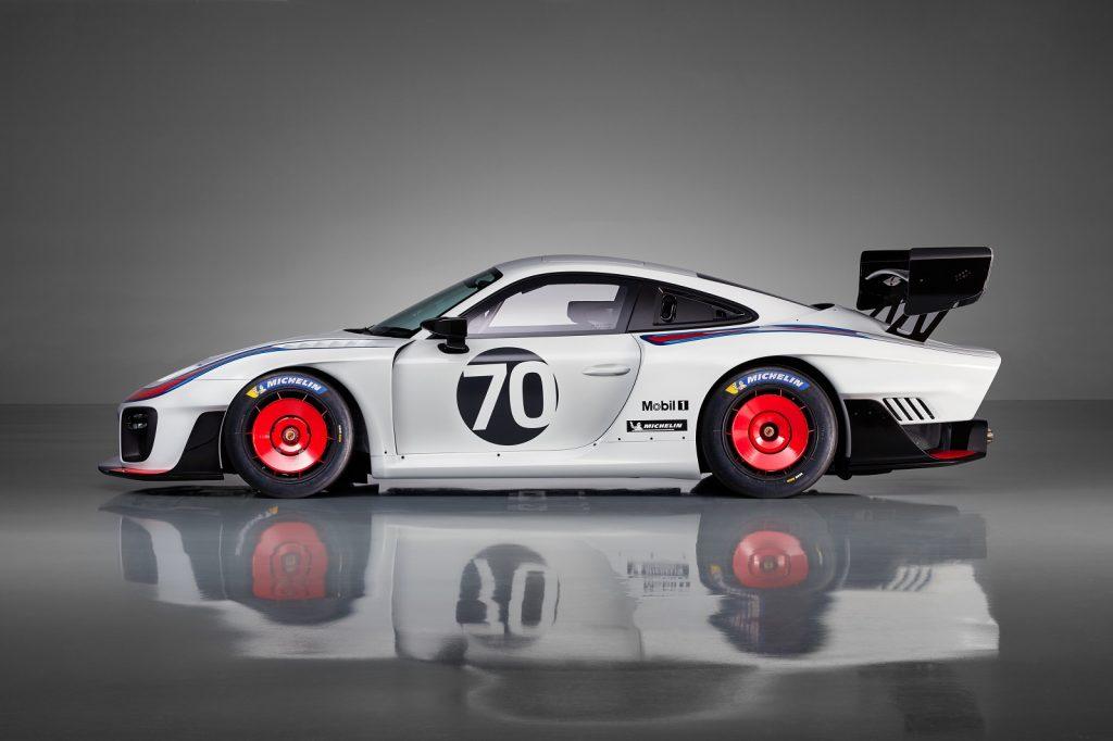 Porsche 935 2018, вид сбоку