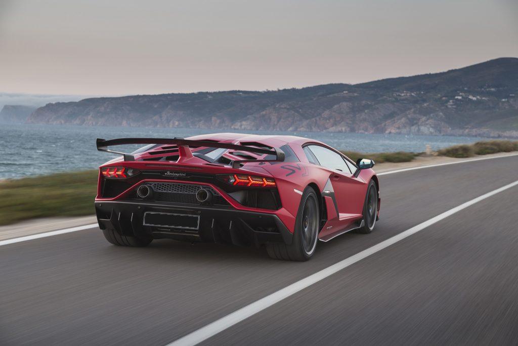 Новый Lamborghini Aventador SVJ, вид сзади